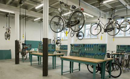 Recycle 1_werkplaats hangende fietsen_op meer afstand_liggend_voorkeur CROP